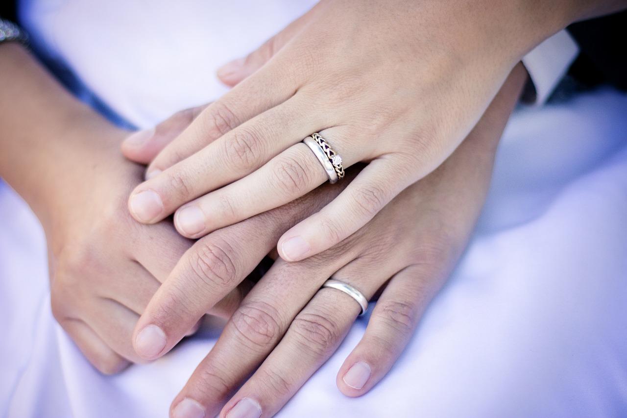 Verlobungsring und Ehering kombiniert  bayer-eheringe.de